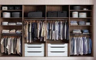 vnitřek vestavěné skříně