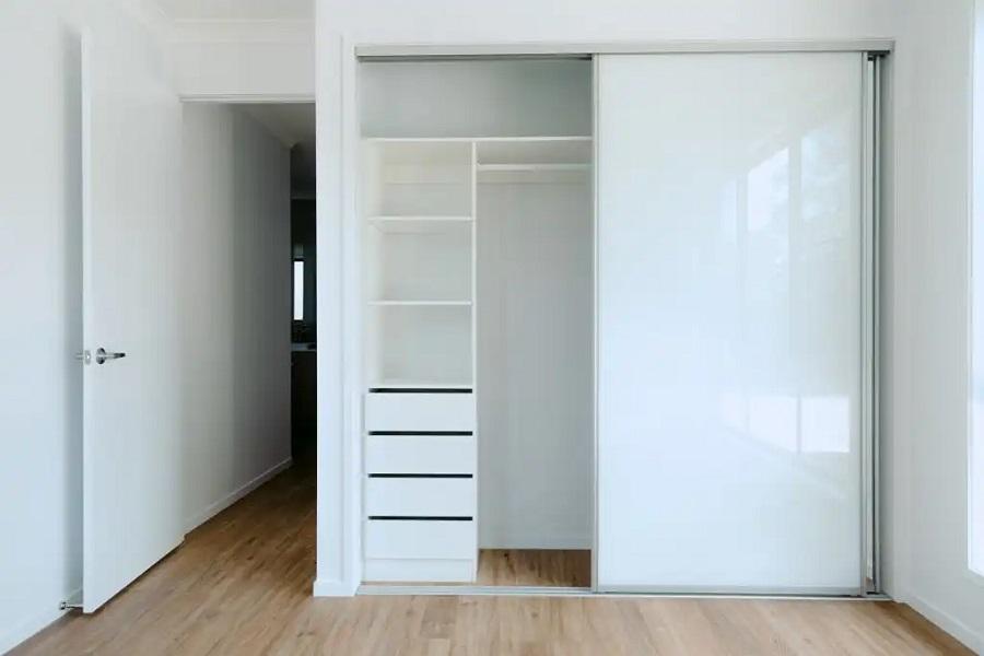 moderní vestavěná skříň